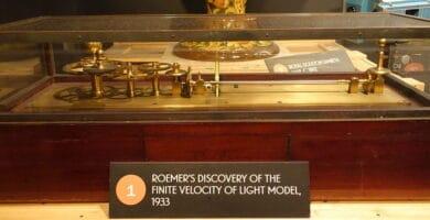 ¿Por qué viaja la luz a una velocidad específica de 300.000 kilómetros por segundo?