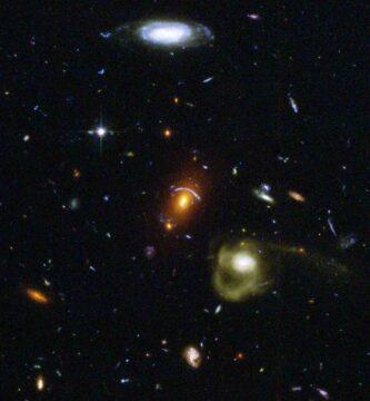 ¿Cambia la longitud de onda de un fotón cuando viaja a través del espacio intergaláctico?